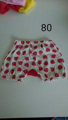 白にイチゴ柄半ズボン