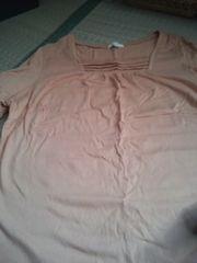 ベージュ系のシャツ