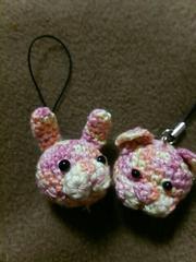 手編みのあみぐるみ、ウサギ顔ストラップと猫顔ストラップ