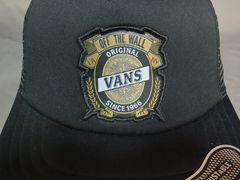 バンズ【Vans】シンプルなブラックロゴワッペン付 メッシュCAP