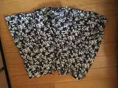 黒地に白花柄模様ショートパンツサイズL