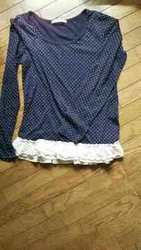 長袖で裾の部分にレースのフリルが可愛いです