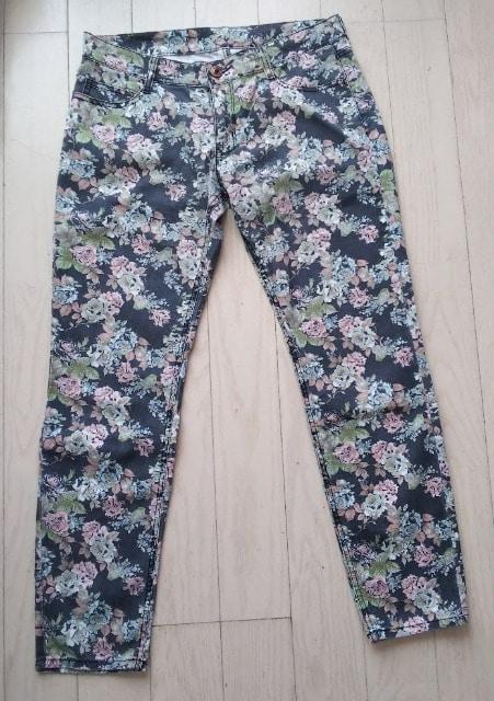 73★L★シックな花柄ストレッチパンツ★美品  < 女性ファッションの